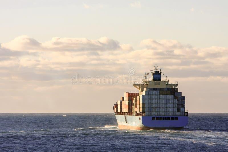海上的蓝色容器货船 免版税库存图片