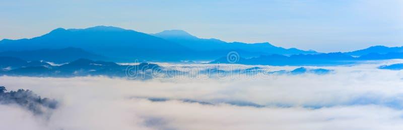 海上薄雾的全景在小山顶的 库存图片