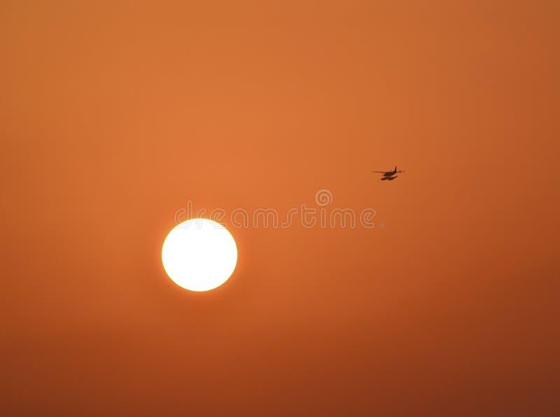 海上飞机标题到太阳里 库存图片