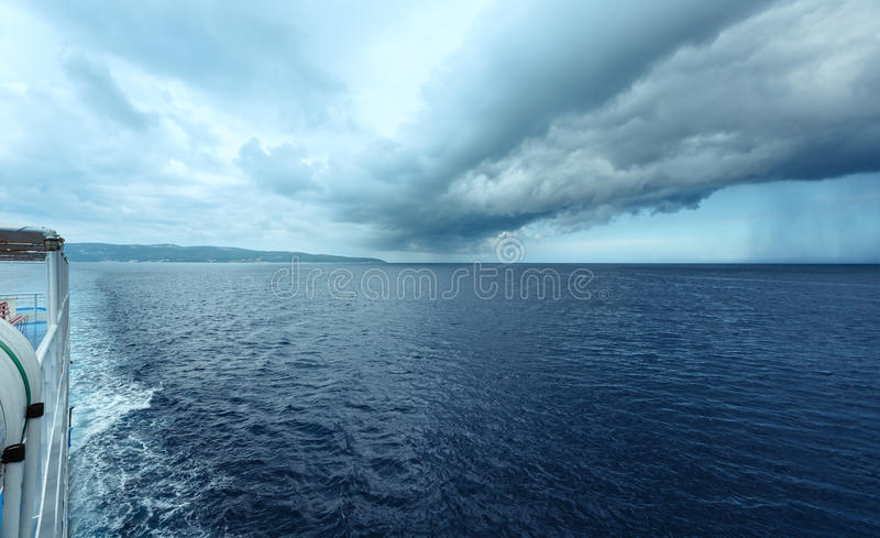 海与风雨如磐的天空(希腊)的夏天视图 免版税库存照片