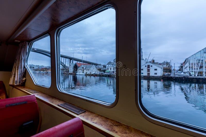 海于格松,挪威,进行下去窗口从小轮渡Rovaersfjord里边 库存照片