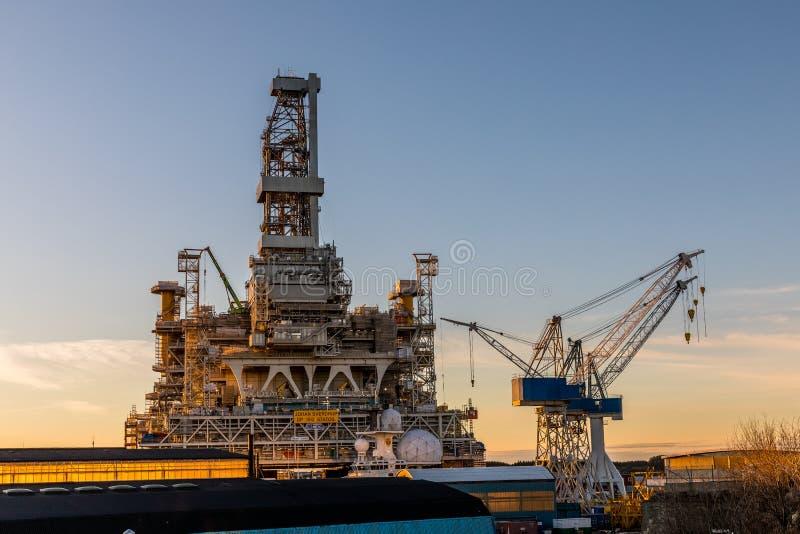 海于格松,挪威- 2018年12月9日:约翰Sverdrup钻井平台和起重机在Risoya在海于格松 免版税库存图片