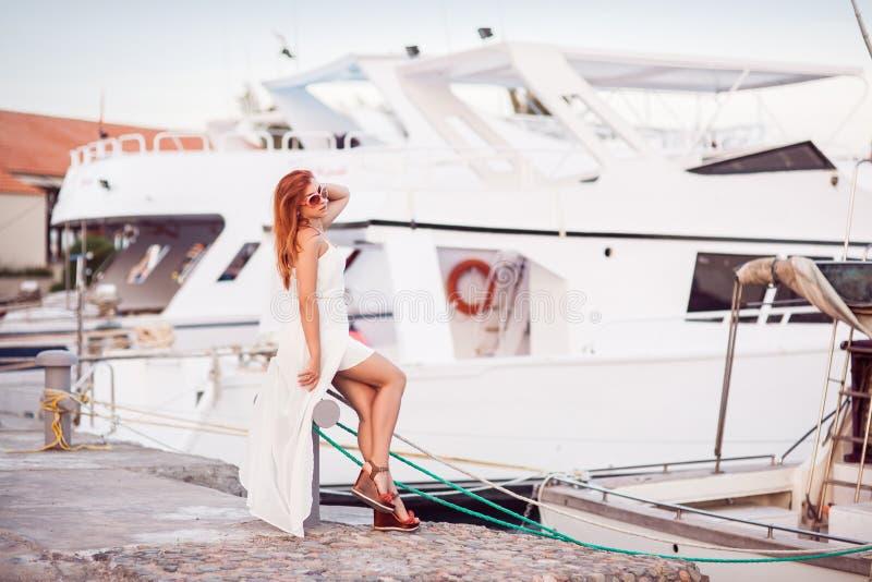 海休息概念 码头的女孩 库存图片