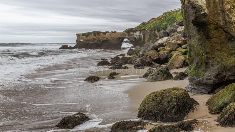 海侵蚀、岩石和沙子 免版税库存图片