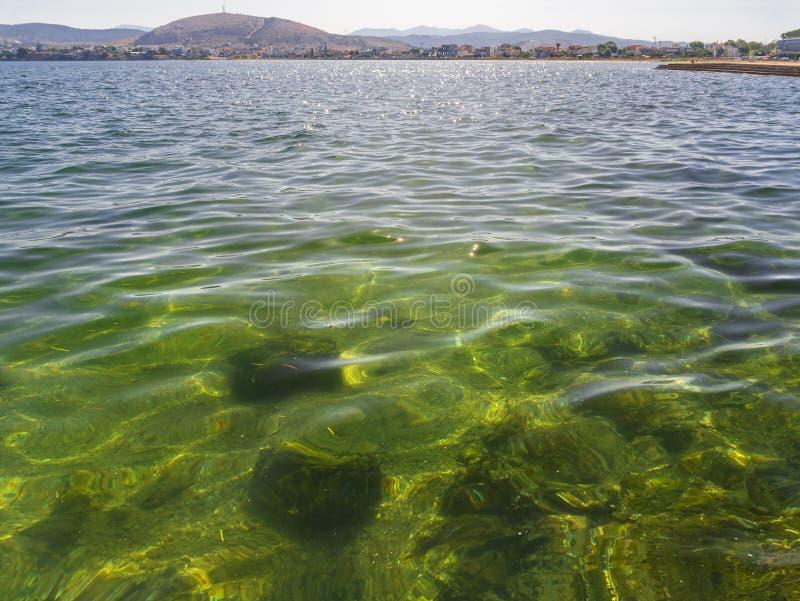 海全景,在里亚尼弹药的山在Halkida,希腊靠岸在一个晴朗的夏日Evia海岛  免版税库存图片