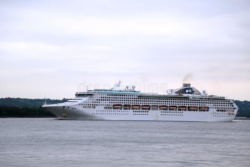 海公主游轮在World Cruise公主期间的纽约港口2013年 免版税图库摄影