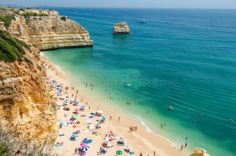 海军海滩普腊亚da Marinha的看法在Lagoa,区法鲁,阿尔加威,南葡萄牙 库存图片