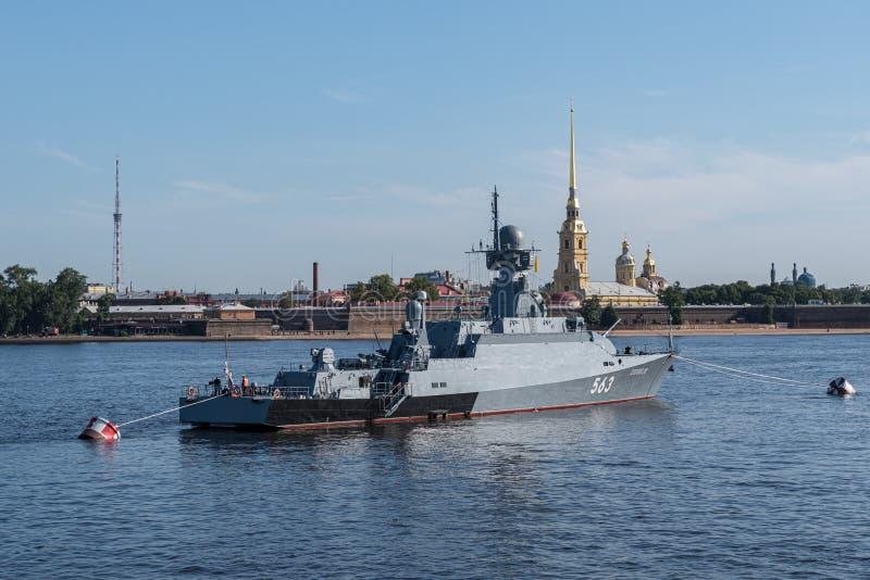 海军游行在俄罗斯的海军的天 在内娃的军用驱逐舰在彼得鲍尔的堡垒附近 E ?? 图库摄影