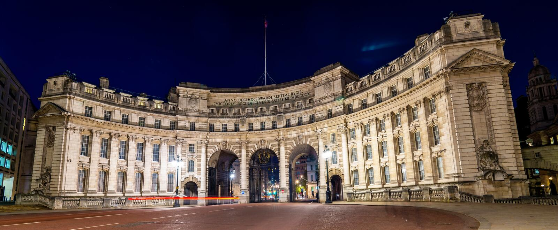 海军部曲拱,一个地标大厦在伦敦 图库摄影