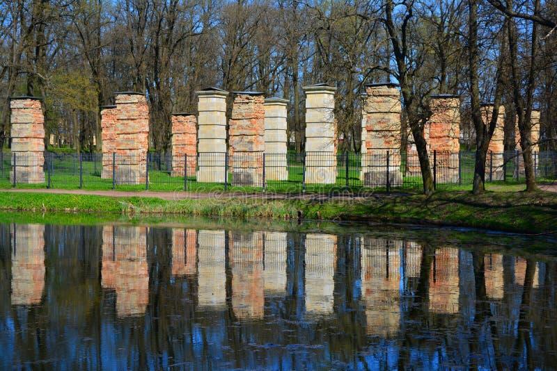 海军部的废墟在宫殿庭院里 Gatchina,圣彼德堡,俄罗斯 库存照片