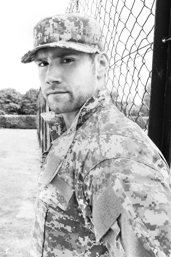 海军陆战队员,他的军队的战士疲劳立场对注意在军事基地 库存照片