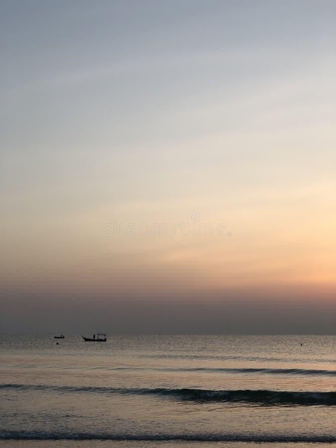 海和天空与一点小船的早晨 库存图片