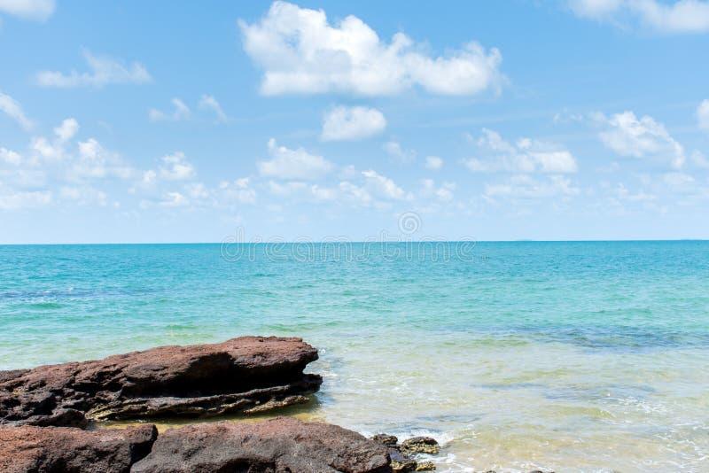 海和岩石与天空蔚蓝和云彩 宁静和新鲜空气放松的时间的 库存图片
