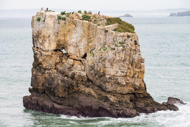 海和岩石在Peniche,葡萄牙 免版税库存照片