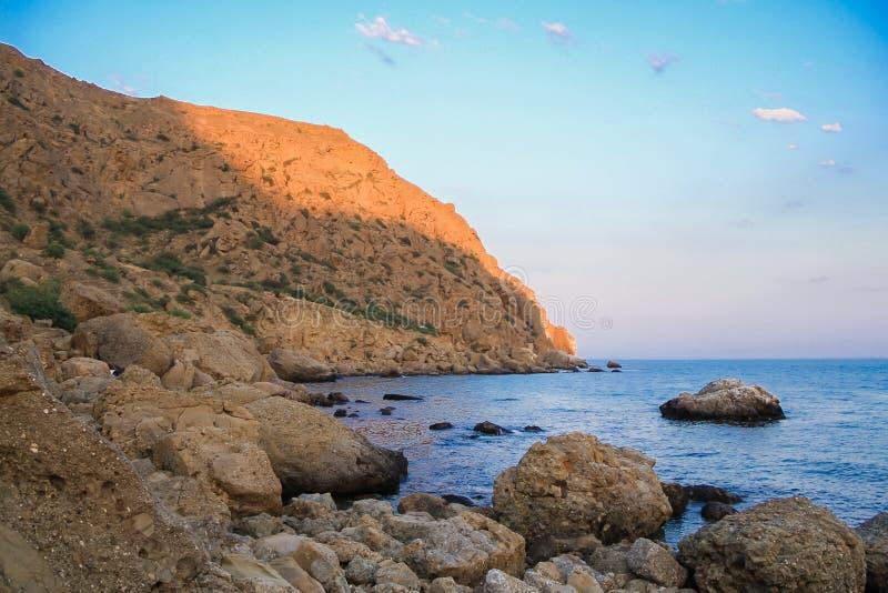 海和岩石环境美化在海角Meganom,克里米亚的半岛的东海岸 五颜六色的背景 旅行的概念 复制 免版税库存图片