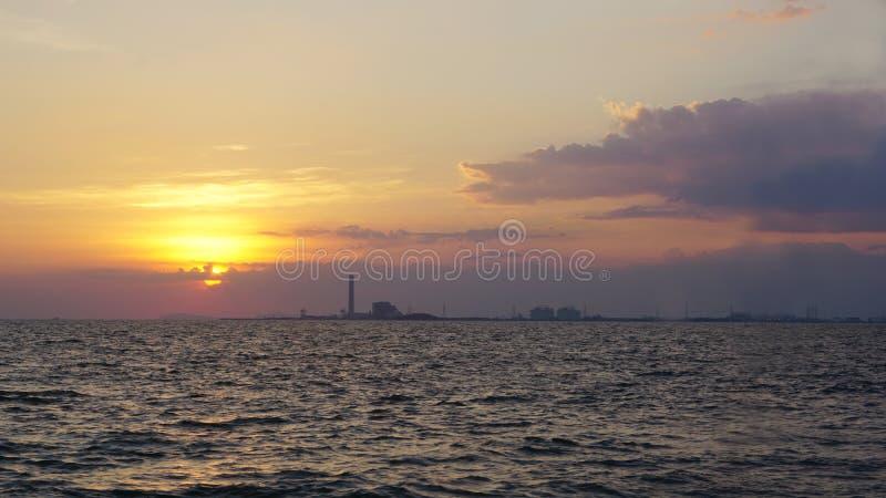 海和海岸线有工业看法 免版税库存图片