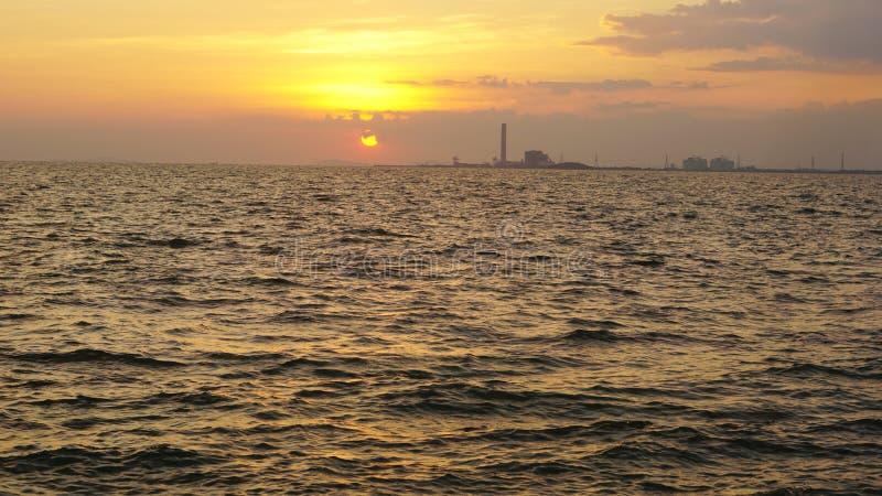 海和海岸线有工业看法 库存照片