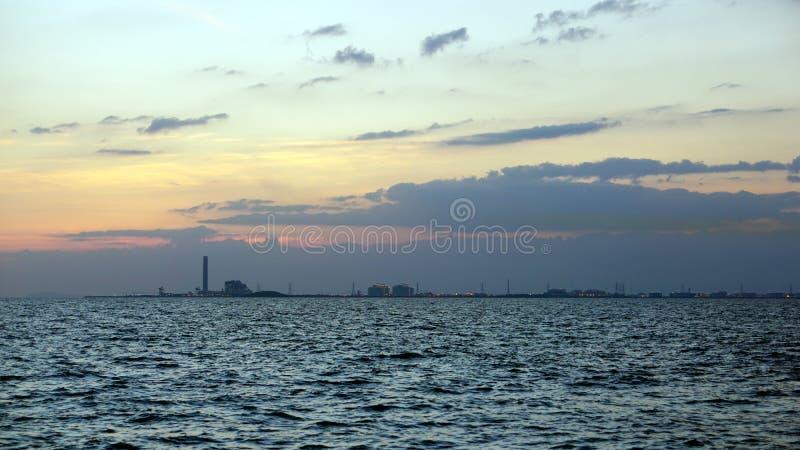 海和海岸线有工业看法 库存图片