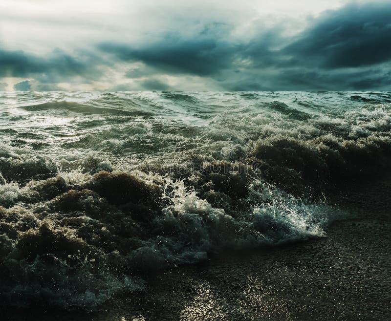 海和海滩猛冲与阳光完全成功在黑暗的口气 免版税图库摄影
