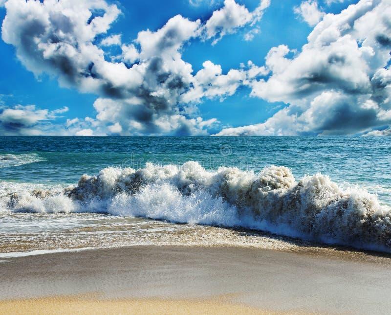 海和海滩风暴 免版税库存照片