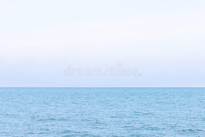 海和看起来镇静在一松弛天的天空 免版税库存照片