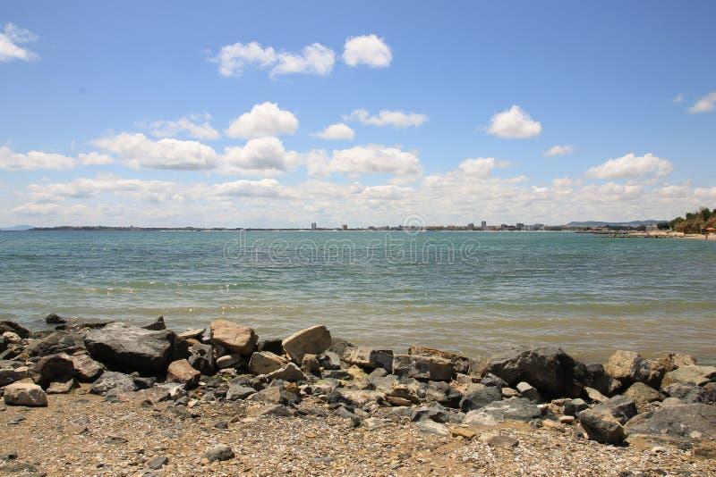 海和石头的夏天风景 沙滩和大海与天空和白色云彩 晴朗的海滩在的保加利亚 免版税库存照片