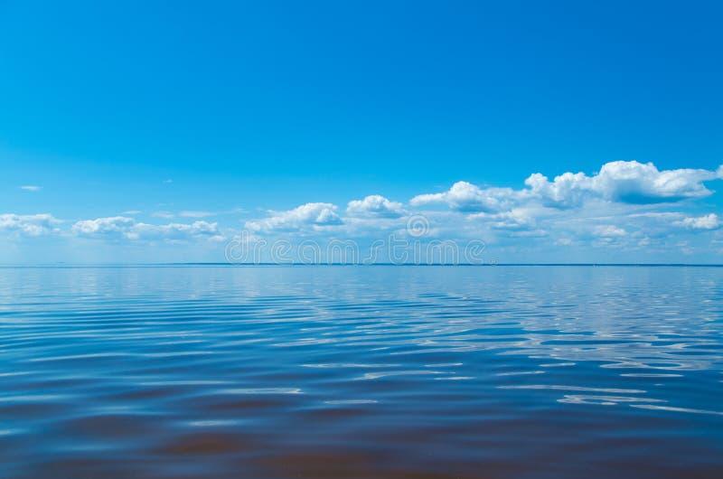 海和蓝天与云彩 免版税图库摄影