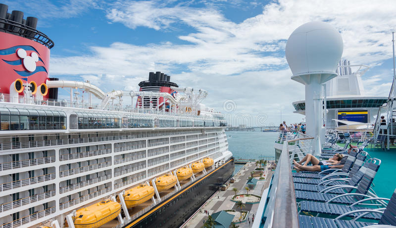 海和迪斯尼梦想的皇家加勒比` s雄伟运送 库存图片