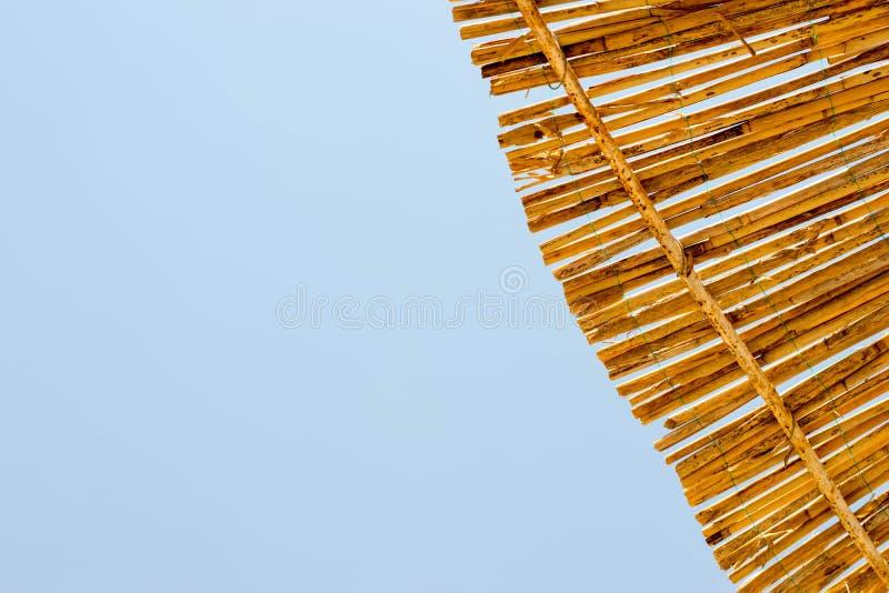 海和遮阳伞在海滩 免版税库存图片