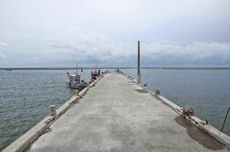 海和风暴的风景来临在Ang Sila鱼市上 免版税库存图片