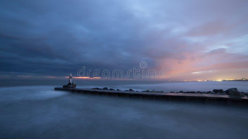 海在与风大浪急的海面的黎明 免版税库存照片