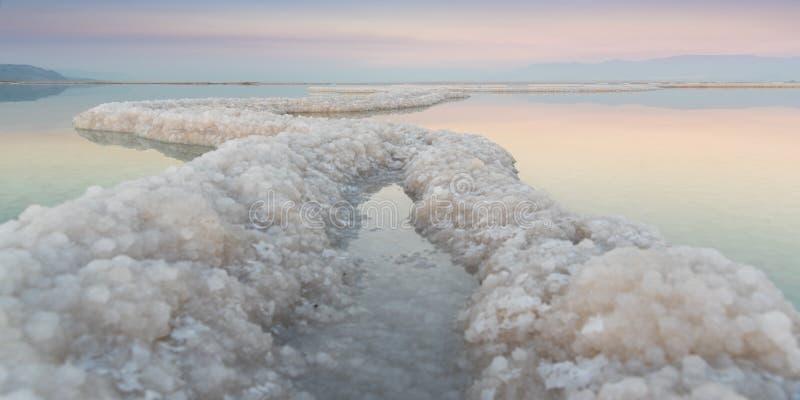 死海在日落的盐丝带 免版税库存图片