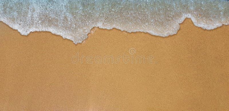 海在沙子岸的波浪命中 库存图片