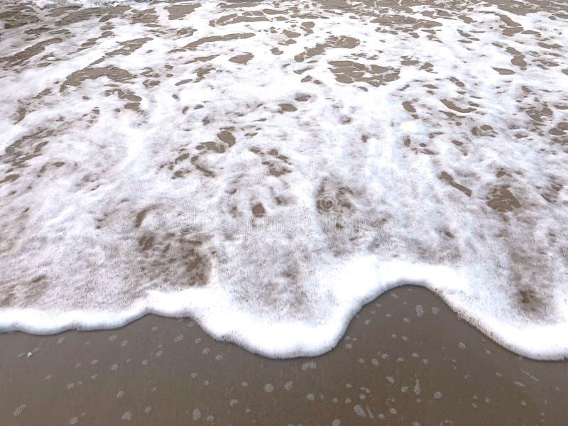 海在沙子的波浪视图 免版税库存照片