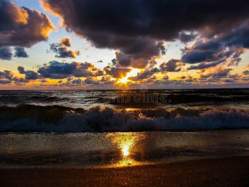 海在海滩的日落视图 库存图片