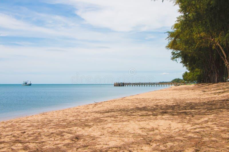 海在海滩的风景视图与小船和跳船桥梁 免版税图库摄影