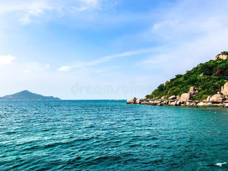 海在清楚的天空背景的视图背景 免版税库存图片