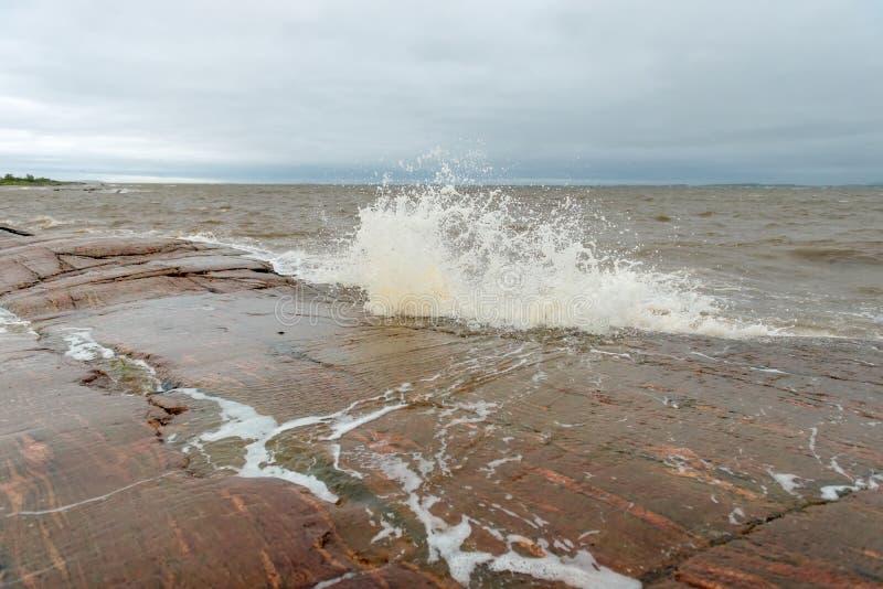 海在石头打 免版税库存图片