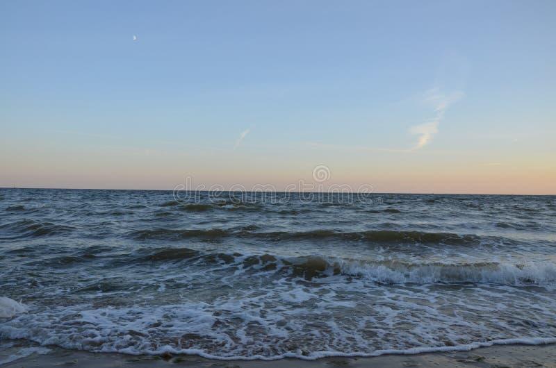 海在镇静晚上天空下 库存照片