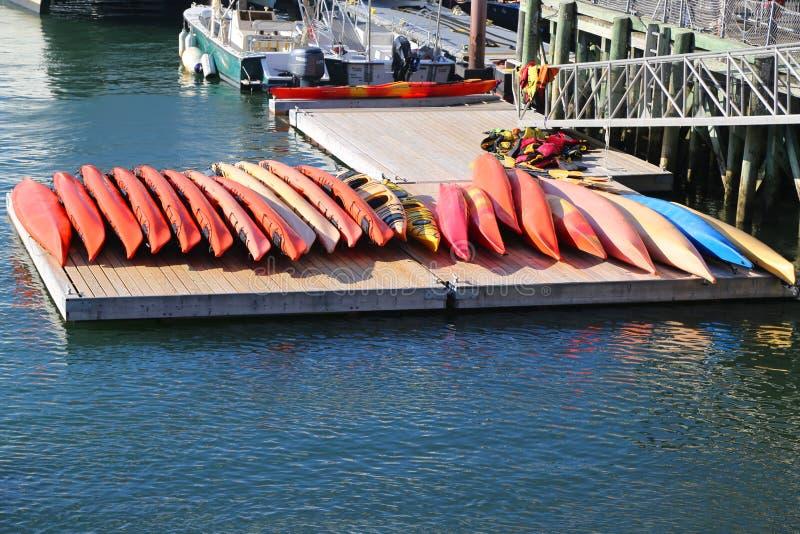 海在巴港划皮船准备好游人 免版税库存图片