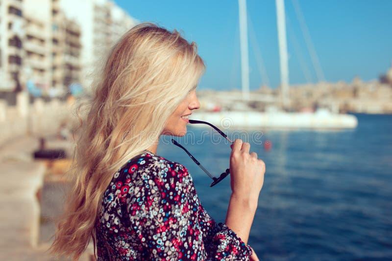 海外形视图的年轻白肤金发的旅客妇女 库存照片
