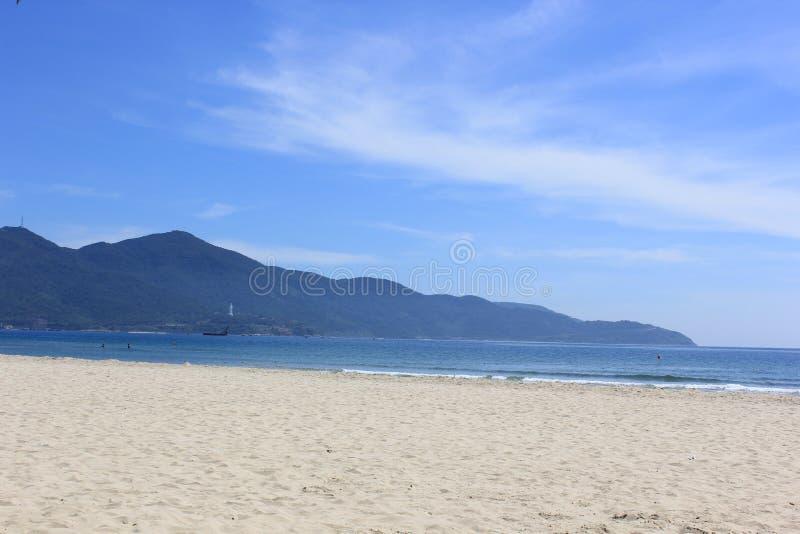 海天空沙子和小山 免版税图库摄影