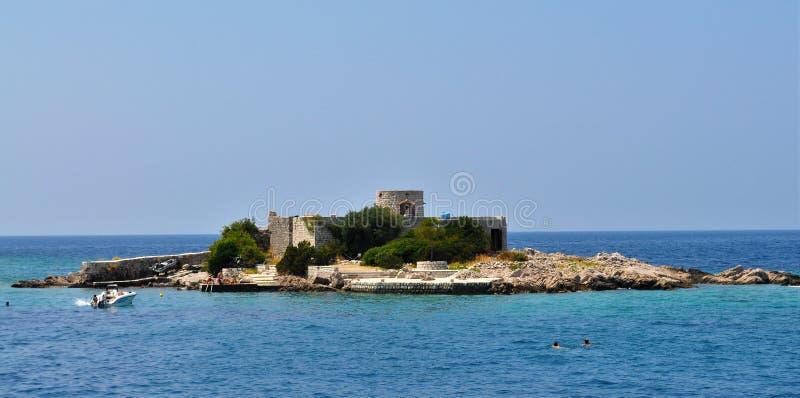 海岛、小船和Theotokos女修道院 免版税库存图片