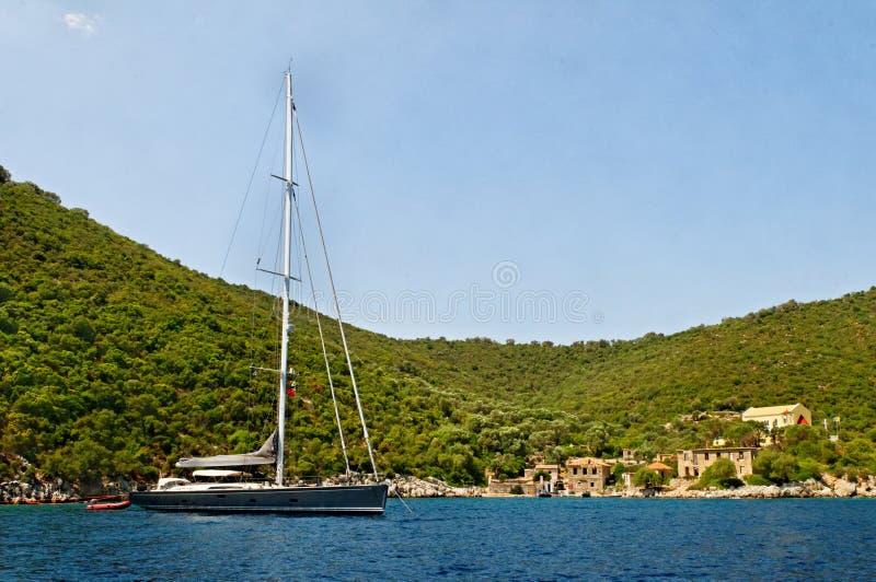 海岛停泊的游艇 免版税图库摄影
