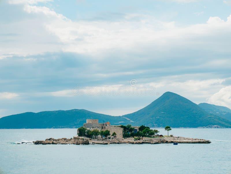 海岛在Mamula附近海岛的Otocic Gospa  在Lustica, Monte 免版税图库摄影