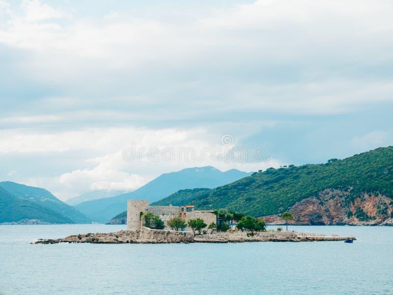 海岛在Mamula附近海岛的Otocic Gospa  在Lustica, Monte 免版税库存图片