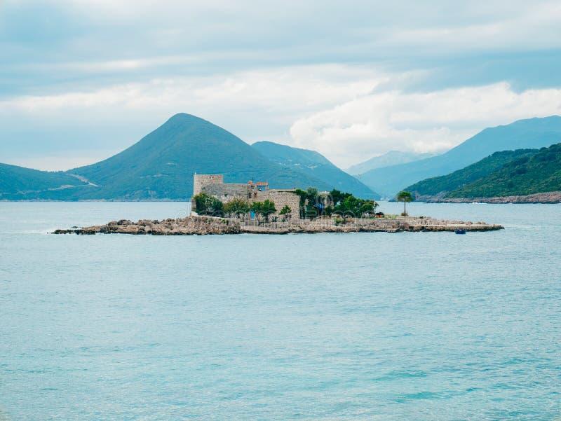 海岛在Mamula附近海岛的Otocic Gospa  在Lustica, Monte 图库摄影