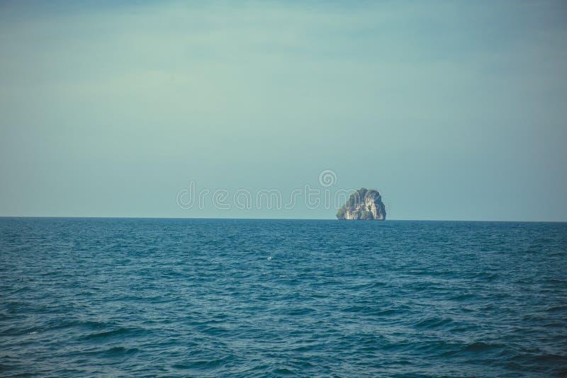 海岛岩石独立结束海和蓝天宽射击背景 泰国 库存照片