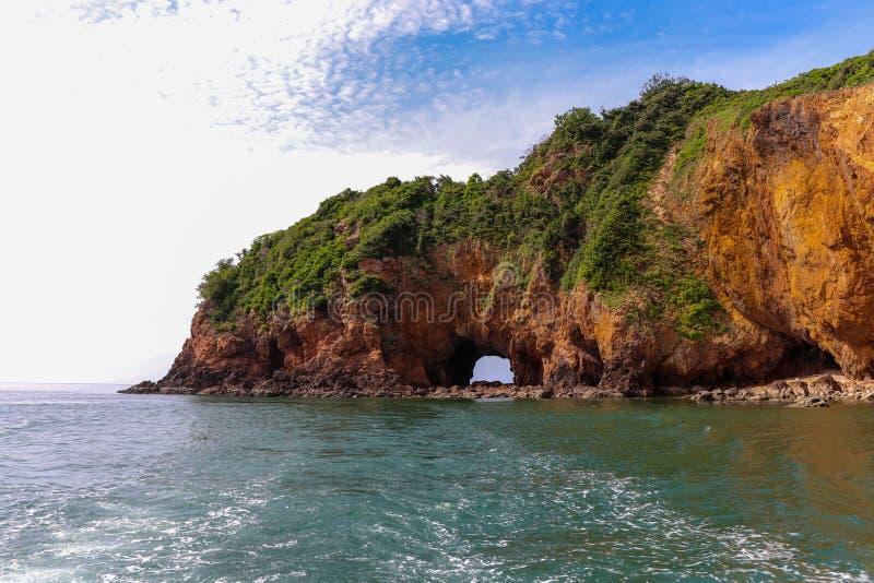 海岛峭壁`酸值talu `海岛自然孔  免版税图库摄影