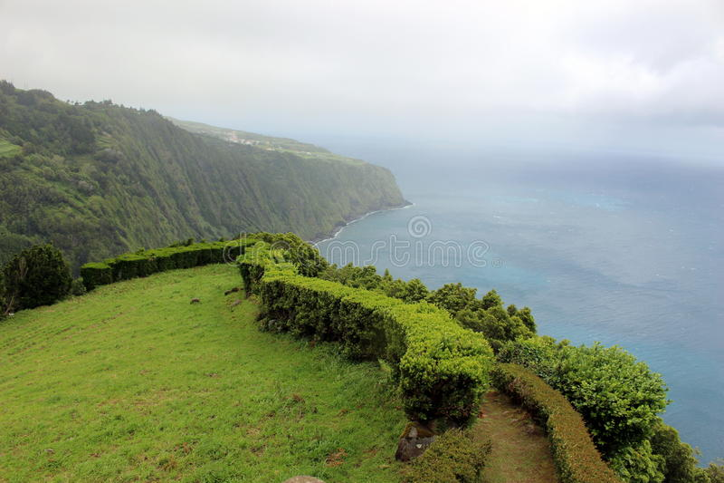 海岛的有雾的海岸以大西洋为背景的 圣米格尔火山海岛  免版税库存图片